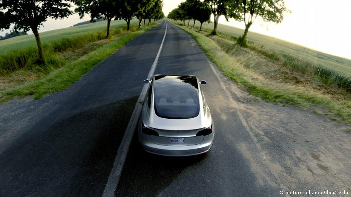 Tesla Model 3 on the road (picture-alliance/dpa/Tesla)