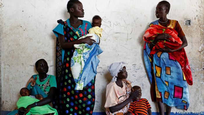 Süd-Sudan Mütter und Kinder beim UNICEF-Gesundheitszentrum in Nimini village