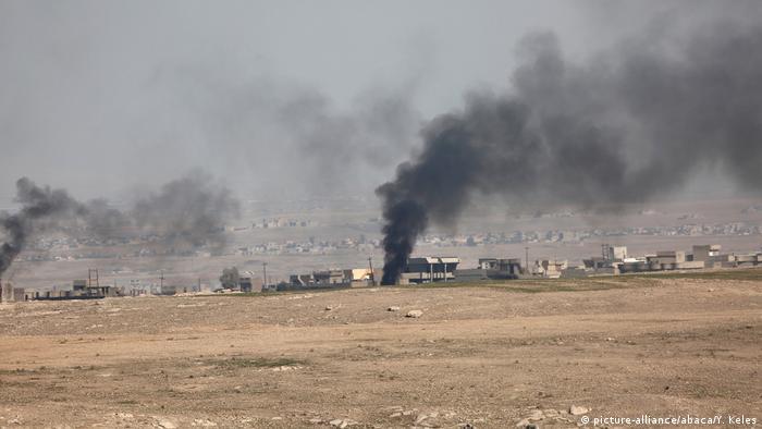 Die Sandstürme sind mittlerweile der Albtraum der Menschen im Südiran. Seit acht Jahren kommen sie über die Region, jedes Mal heftiger. Die Politiker behaupten, dass die giftigen Partikel gemischt mit dem Staub aus dem Nachbarland Irak kommen. Dort herrscht seit 35 Jahren Krieg. Die Dattelpalmenwälder sind verbrannt, die Landwirtschaft ist ruiniert und die Luft von Chemikalien geschwängert.