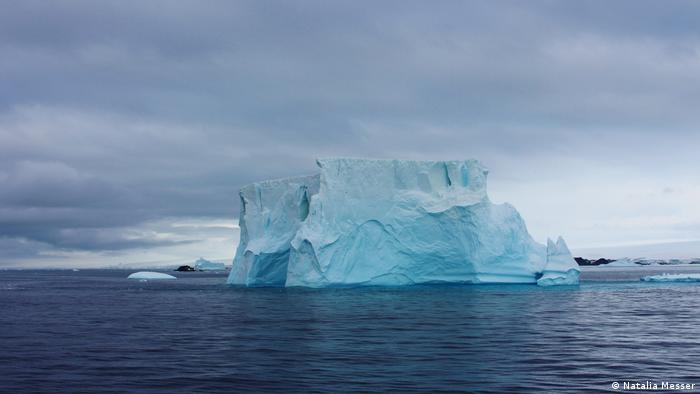 Bloque de hielo en el mar