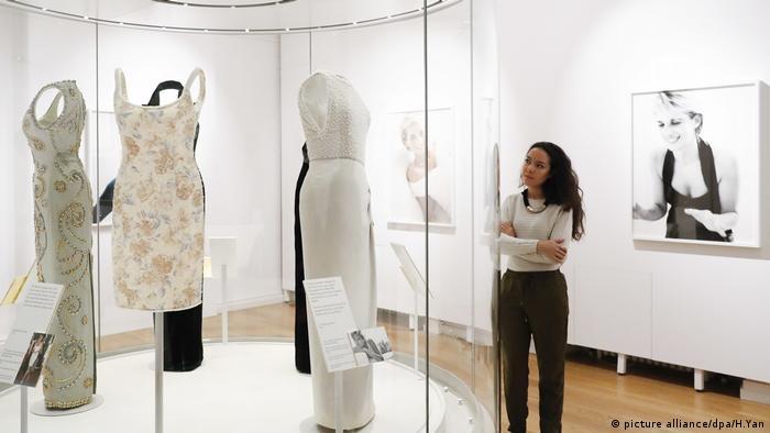 Besucherin vor einem Kleid von Prinzessin Diana in der Ausstellung Diana Her Fashion Story, London (picture alliance/dpa/H.Yan)