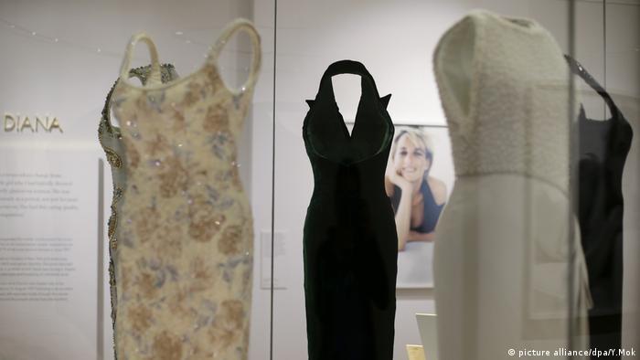 Kleider in der Ausstellung Diana Her Fashion Story,London (picture alliance/dpa/Y.Mok)