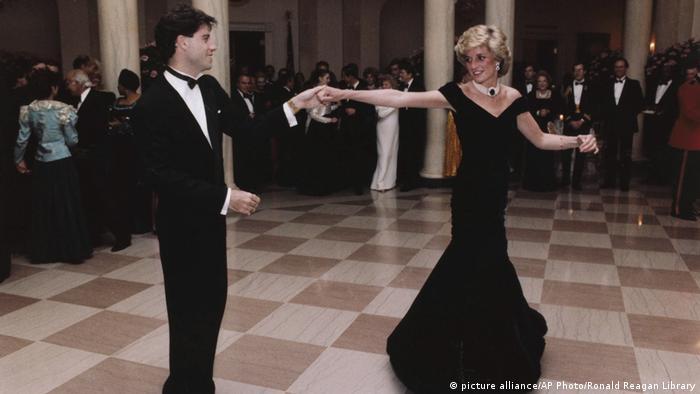 Prinzessin Diana tanzt mit John Travolta im Weißen Haus (picture alliance/AP Photo/Ronald Reagan Library)