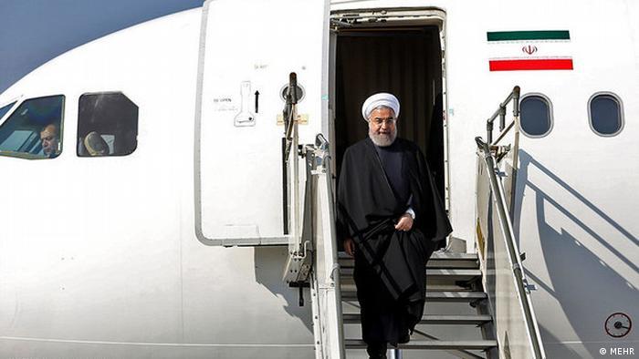 Die konservativen Politiker werfen de Regierung von Hassan Rohani vor, die Lage nicht unter Kontrolle zu haben. Rohani wiederum macht seinen Vorgänger Mahmoud Ahmadinejad für die drohende Katastrophe verantwortlich. Als Präsident hatte Ahmadinejad dem Westen vorgeworfen, die Trockenheiten im Iran verursachen als Teil eines finsteren Plans, um die Islamische Republik zu unterminieren