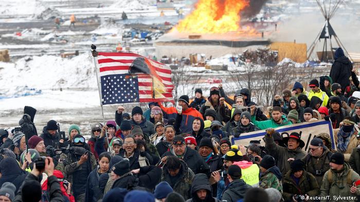 USA Protestlager gegen umstrittene Ölpipeline geräumt (Reuters/T. Sylvester )