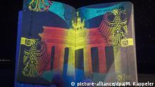 Ein Musterexemplar vom neuen deutschen Reisepass wird am 23.02.2017 in Berlin gezeigt, vor seiner Vorstellung im Innenministerium. Der neue Pass ist mit zahlreichen Sicherheitsmerkmalen ausgerüstet. Foto: Michael Kappeler/dpa | Verwendung weltweit