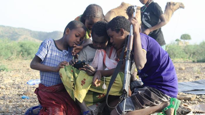 Äthiopien Afar - Smartphone Nutzung