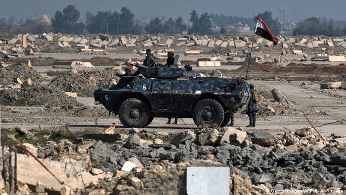 Las tropas iraquíes tomaron hoy el control de la base de Al Gazlani, uno de los principales cuarteles del grupo yihadista Estado Islámico (EI) en el oeste de la ciudad de Mosul (norte). La unidad de fuerzas especiales del Ejército se hizo con la base después de dos días de duros combates con los terroristas. (24.02.2017)
