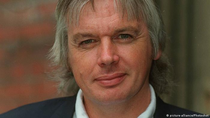 Großbritanien David Icke British TV Presenter Seen at the Memorial Service for the late... (picture-alliance/Photoshot)
