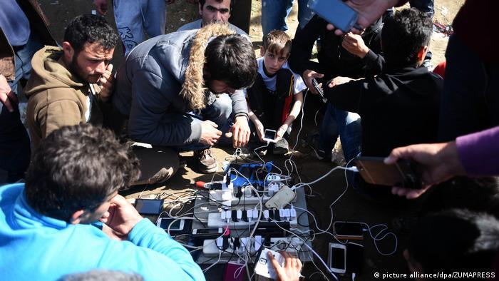 Greichenland Flüchtlinge laden Handys an der Grenze zu Mazedonien