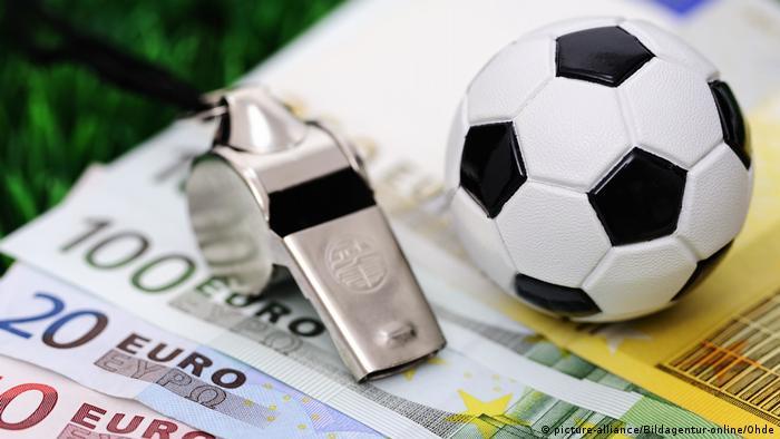 Symolfoto Sportwetten, Fußball und Geldscheine, Fußballwetten