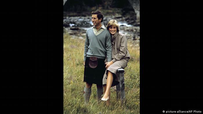 Foto von Prinz Charles (im Kilt) und Prinzessin Diana in Schottland (picture-alliance/AP Photo)