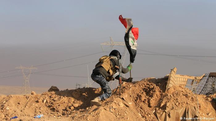 Irak lanzó hoy el primer bombardeo aéreo contra la milicia terrorista Estado Islámico (EI) dentro de Siria, en respuesta a los recientes ataques perpetrados por los yihadistas en Bagdad, informó el Ejército iraquí. Los ataques se dirigieron contra instalaciones del EI en un área siria en la frontera con Irak. (24.02.2017)