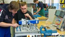 16.09.2010 ARCHIV - Die Mechatroniker-Lehrlinge Christoph Fahs (l) und Florian Fünfhaus arbeiten am 16.09.2010 in der «Lernfabrik» des bbw-Bildungszentrums in Frankfurt (Oder) an einem Versuchsaufbau. In Berlin werden in diesemJahr nach Einschätzungen der Industrie- und Handelskammer wieder Hunderte Ausbildungsplätze unbesetzt bleiben. Foto: Patrick Pleul dpa/lbn (zu bwo-Korr. vom Sonntag (10.07.2011) +++(c) dpa - Bildfunk+++ | Verwendung weltweit