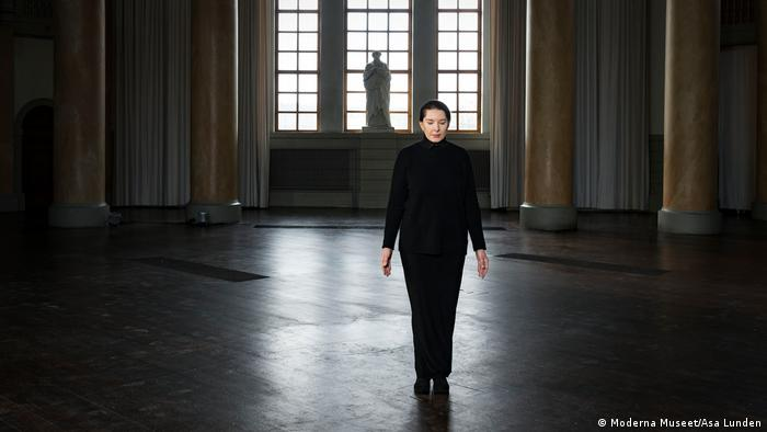 Marina Abramovic steht alleine und mit geschlossenen Augen in einer Säulenhalle (Moderna Museet/Asa Lunden)