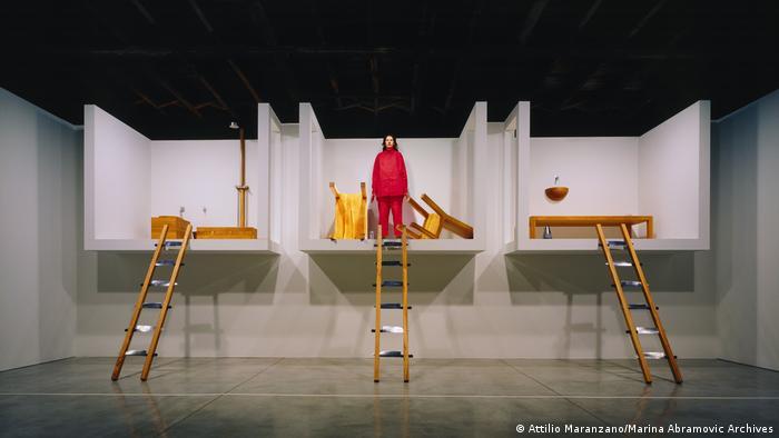 Marina Abramovic steht in der Mitte ihrer Installation The House with The Ocean View. Zu jeweils drei hängenden Zimmern führt eine kleine Leiter hinauf. (Attilio Maranzano/Marina Abramovic Archives)