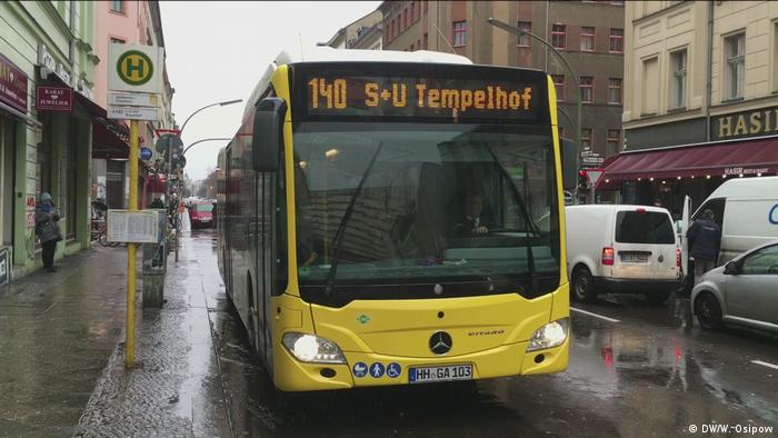 Экоавтобус, работающий на сжатом природном газе, на берлинской улице