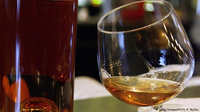 Cognac-Glas mit Inhalt. Frankreich Cognac in Bordeaux (Getty Images/AFP/J.-P. Muller)