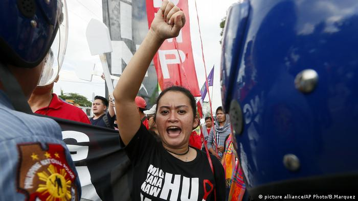 Protesters shout slogans during a rally at the Heroes Cemetery to protest the hero's burial of the late Philippine dictator Ferdinand Marcos (picture alliance/AP Photo/B.Marquez)