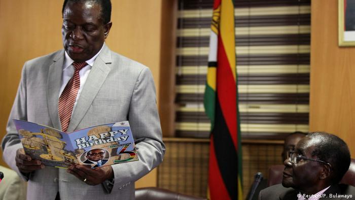 Emmerson Mnangagwa (esq.) era apontado como um dos possíveis sucessores do atual Presidente Robert Mugabe (dir.)