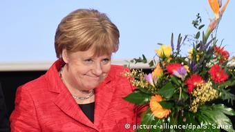 Angela Merkel mit Blumen auf CDU-Landesvertreterversammlung