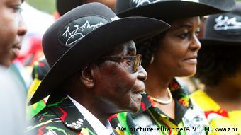 Simbabwe Robert Mugabe Feierlichkeiten zum 93. Geburtstag (picture alliance/AP/T. Mukwazhi)