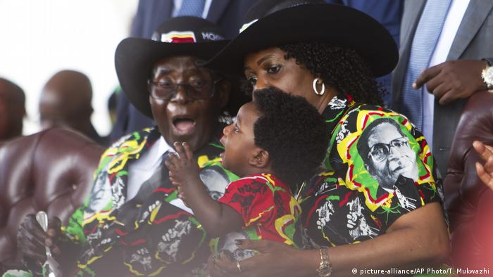 Simbabwe Robert Mugabe Feierlichkeiten zum 93. Geburtstag (picture-alliance/AP Photo/T. Mukwazhi)