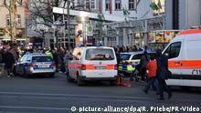 Einsatzfahrzeuge der Polizei und des Rettungsdienstes stehen am 25.02.2017 vor einem Geschäftshaus in Heidelberg (Baden-Württemberg). Am Samstagnachmittag hat ein Autofahrer in Heidelberg mehrere Fußgänger angefahren und ist dann mit einem Messer bewaffnet geflüchtet. Drei Fußgänger wurden verletzt, einer von ihnen schwer. Durch Einsatz der Waffe konnte die Polizei den Täter stoppen. Der Mann kam schwer verletzt in ein Krankenhaus. Foto: R. Priebe/PR-Video/dpa   Verwendung weltweit