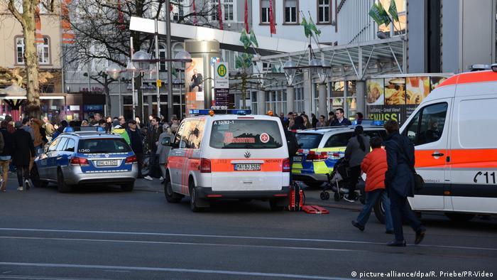 Autofahrer fährt in Menschgruppe (picture-alliance/dpa/R. Priebe/PR-Video)