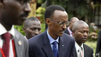 Ruandas Präsident Kagame (2. li.) in Nairobi: Er soll an einer Konfliktlösung mitarbeiten.