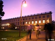 Здание бизнес-школы на фоне вечернего неба