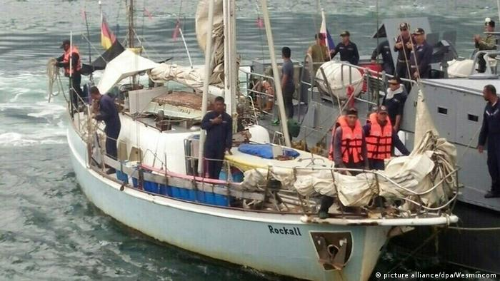 Filipino soldiers recover abandoned yacht (picture alliance/dpa/Wesmincom)