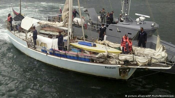 Policiais filipinos revistam embarcação de alemão, encontrada à deriva em novembro