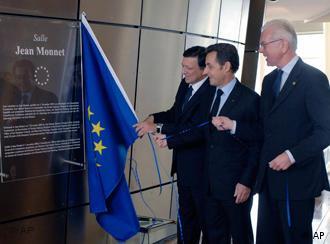 EU-Kommissionspräsident José Manuel Barroso, EU-Ratspräsident Nicolas Sarkozy und der Präsident des EU-Parlaments Hans-Gert Pöttering mit Europaflagge