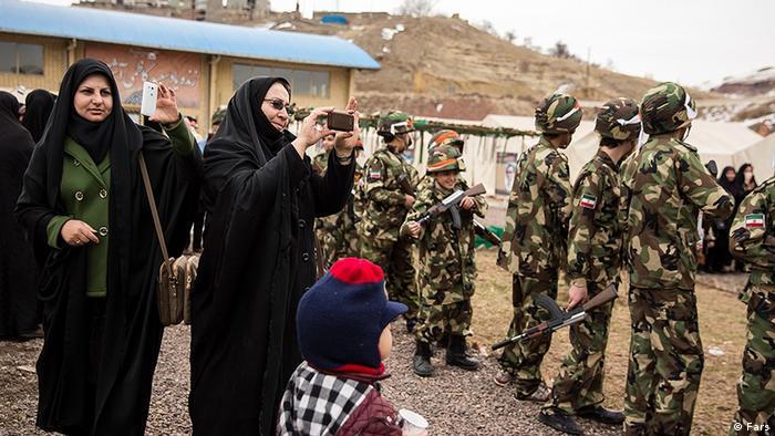 Kinder Militärdrill (Fars)