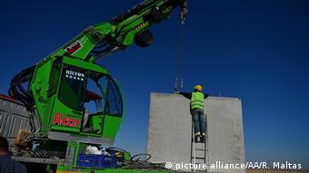 Mauerbau an der Grenze zwischen Syrien und Türkei (picture alliance/AA/R. Maltas )