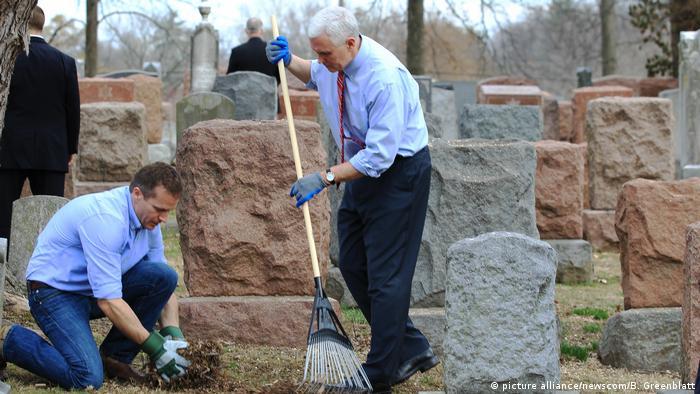 Vize-Präsident Mike Pence hilft geschändeten jüdischen Friedhof in St. Louis zu reinigen (picture alliance/newscom/B. Greenblatt)