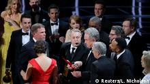 26.02.2017+++ 89th Academy Awards - Oscars Awards Show - Hollywood, California, U.S. - 26/02/17 - Warren Beatty holds the card for the Best Picture Oscar awarded to Moonlight, after announcing by mistake that La La Land was winner. REUTERS/Lucy Nicholson TPX IMAGES OF THE DAY