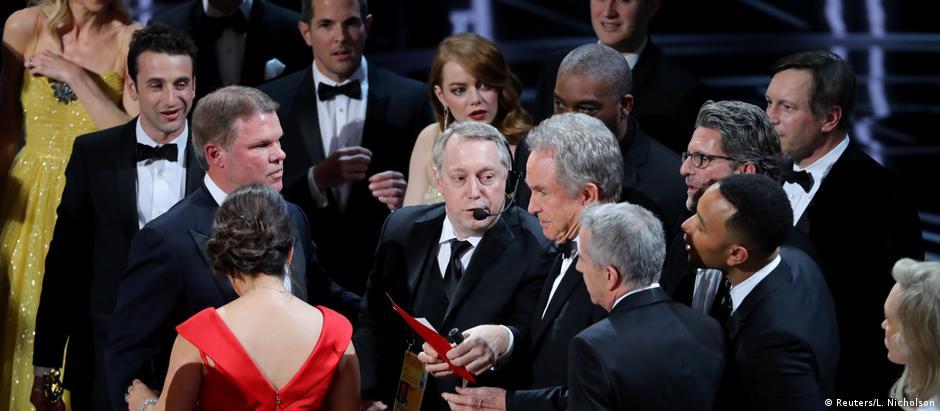 "Após anunciar ""La La Land"" como vencedor, apresentador Warren Beatty recebeu o envelope correto"