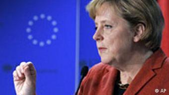 Bundeskanzlerin Angela Merkel spricht vor EU-Logo (Foto: AP)