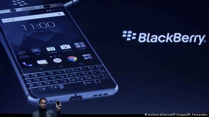 Модель смартфона BlackBerry KEYone в Барселоне
