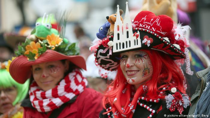 People in costumes at the Rosenmonday carnival parades in Cologne, Germany (picture-alliance/dpa/O. Berg)
