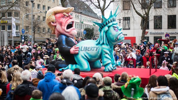 На одной из сатирических повозок Трамп насилует статую Свободы.