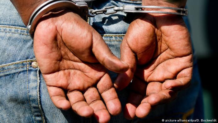 Symbolbild Festnahme Flüchtling