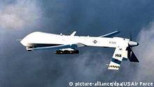Das am 21.2.2001 von der US Air Force herausgegebene Foto zeigt ein unbemanntes bewaffnetes Aufklärungsflugzeug vom Typ Predator mit einer Hellfire-Rakete. Der US-Geheimdienst CIA hat nach Angaben amerikanischer Regierungsbeamter im Jemen am 3.11.2002 sechs mutmaßliche El-Kaida-Terroristen gezielt mit dieser ferngesteuerten Rakete getötet. Danach spürte die mit zwei Hellfire-Raketen bestückte Drohne rund 160 Kilometer von Sanaa entfernt auf einer Straße einen Geländewagen mit den als Terroristen verdächtigten Männern auf. Zu den Insassen gehörte der vom US-Bundeskriminalamt FBI seit Monaten als Topterrorist gesuchte Kaid Sinian el Harithi.  