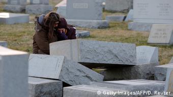 USA Philadelphia - Jüdischer Friedhof geschändet (Getty Images/AFP/D. Reuter)