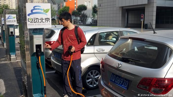 China Ladestationen für Elektroautos (picture-alliance/dpa/D. Jia)