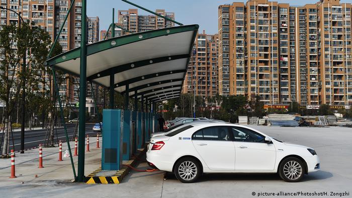 China Ladestationen für Elektroautos (picture-alliance/Photoshot/H. Zongzhi)