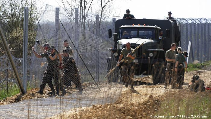 Hungarian army soldiers build a temporary protective fence on the border between Hungary and Serbia (picture alliance/AP Photo/Z.G.Kelemen)
