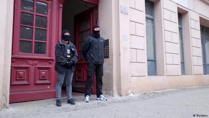 Dois agentes de polícia no prédio onde funcionava a mesquita Fussilet 33, no bairro de Moabit